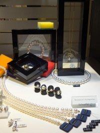 perły na wystawie sklepowej